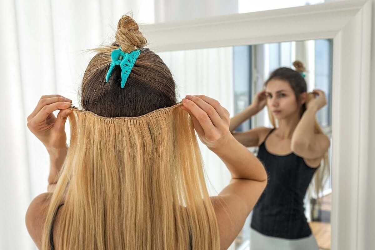Włosy można przedłużać na kilka sposobów. Wszystkie są jednak dla nich szkodliwe.