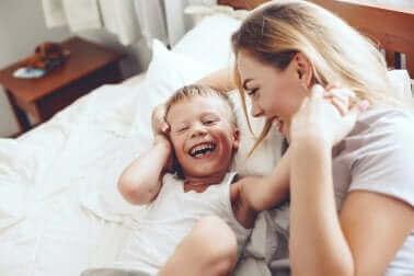 Roześmiana mama z dzieckiem