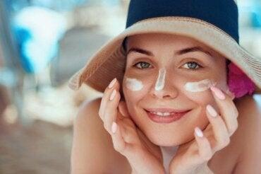 Poparzona słońcem twarz - wylecz ją naturalnymi środkami
