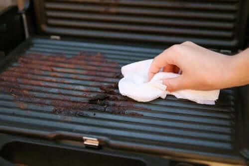 Czyszczenie grilla w 5 prostych krokach