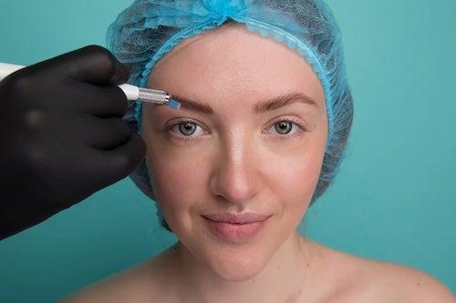 Kobieta podczas microbladingu
