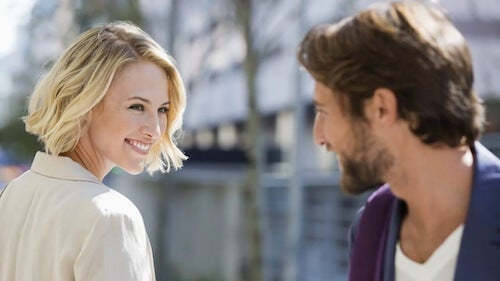 Kobieta uśmiechająca się do mężczyzny