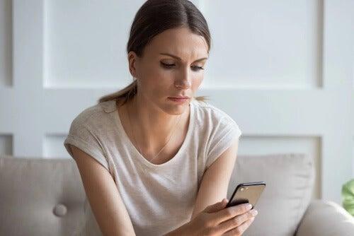 Kobieta z telefonem w ręku