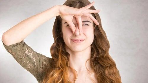 Kobieta zatykająca nos