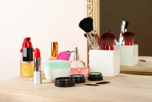 Kosmetyki na stoliku