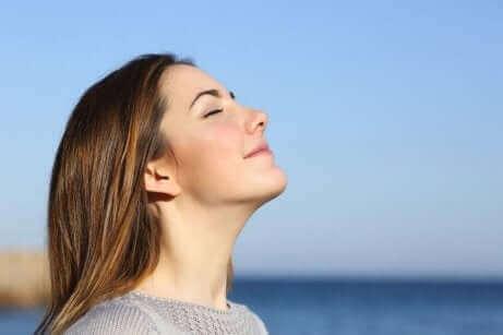 Oddychająca kobieta - kontrolowane oddychanie