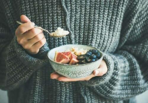 Osoba jedząca sałatkę z ryżem