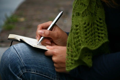 Osoba pisząca w dzienniku by stać się mądrzejszym