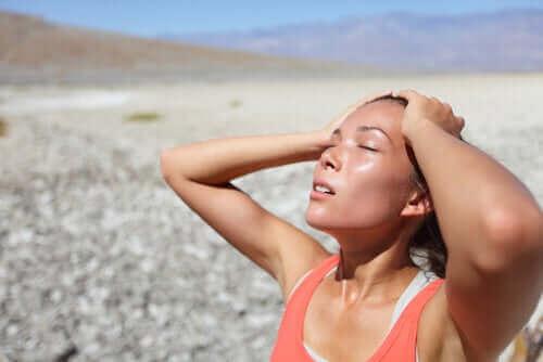 Przegrzana kobieta - szok wywołany niską temperaturą
