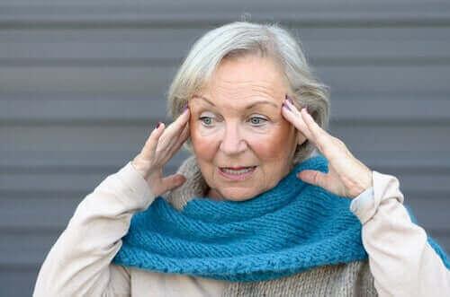 Starsza kobieta odczuwa irytację i niepokój z powodu wieczornej dezorientacji