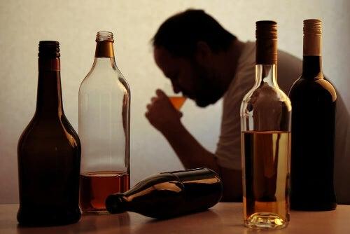 Mężczyzna pijący alkohol