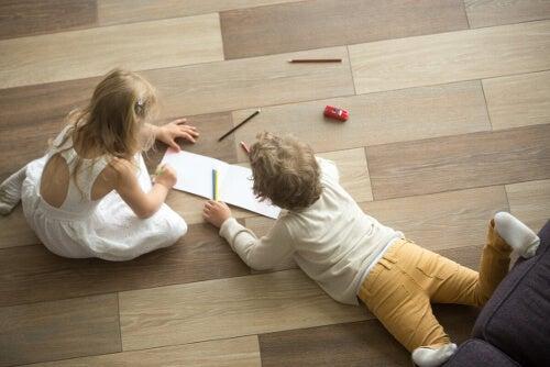 Dzieci się bawią na podłodze