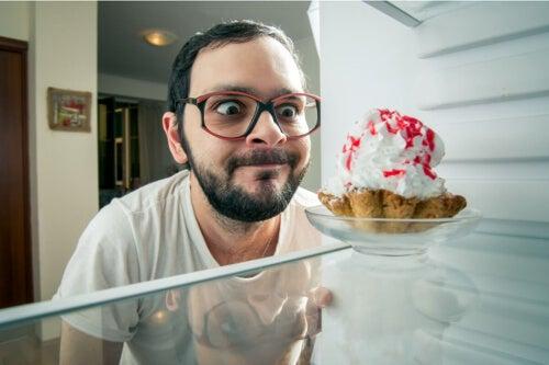 Mężczyzna zamierza zjeść ciastko