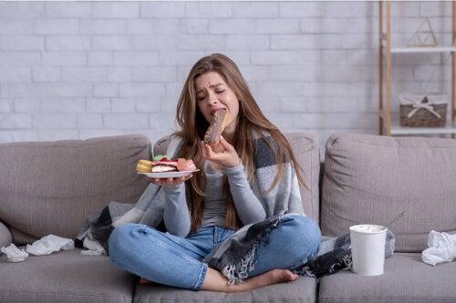 Kobieta objada się słodyczami
