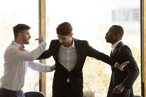Dyskutujący mężczyźni
