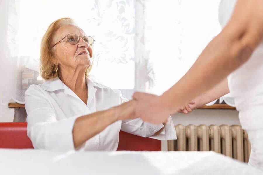 Kobieta pomagająca starszej pani
