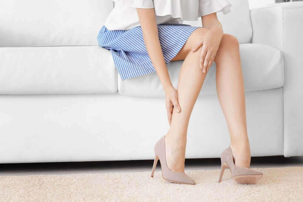Kobieta z bólem nóg