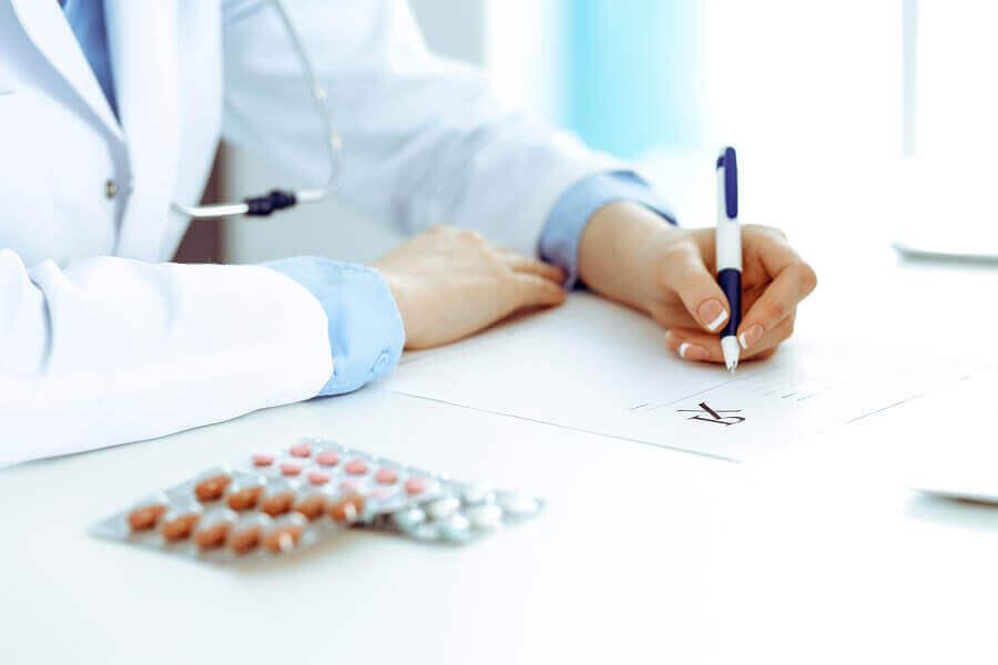 Lekarz wypisujący receptę