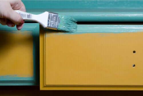 Malowanie drewnianych mebli: jak to zrobić i kilka wskazówek