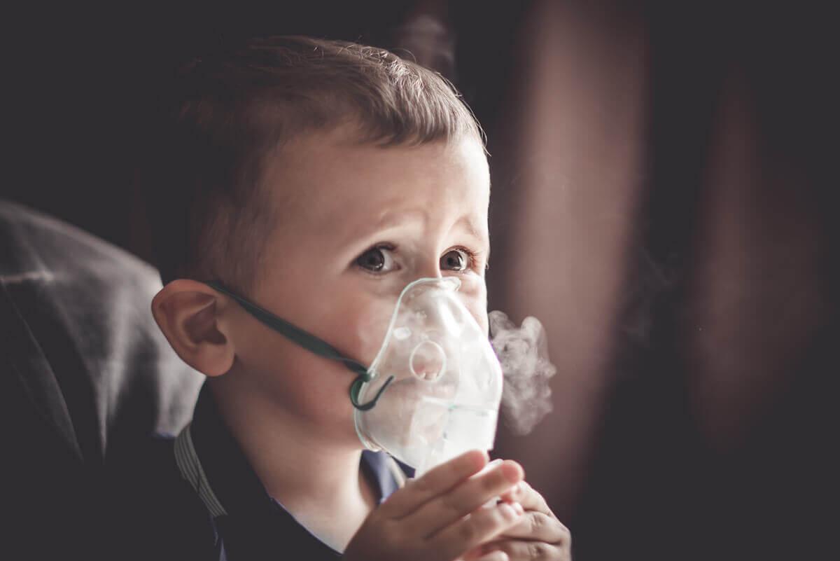 Zapotrzebowanie na tlen przy tej chorobie bywa różne, ale może zacząć się ona w dzieciństwie od mukowiscydozy.