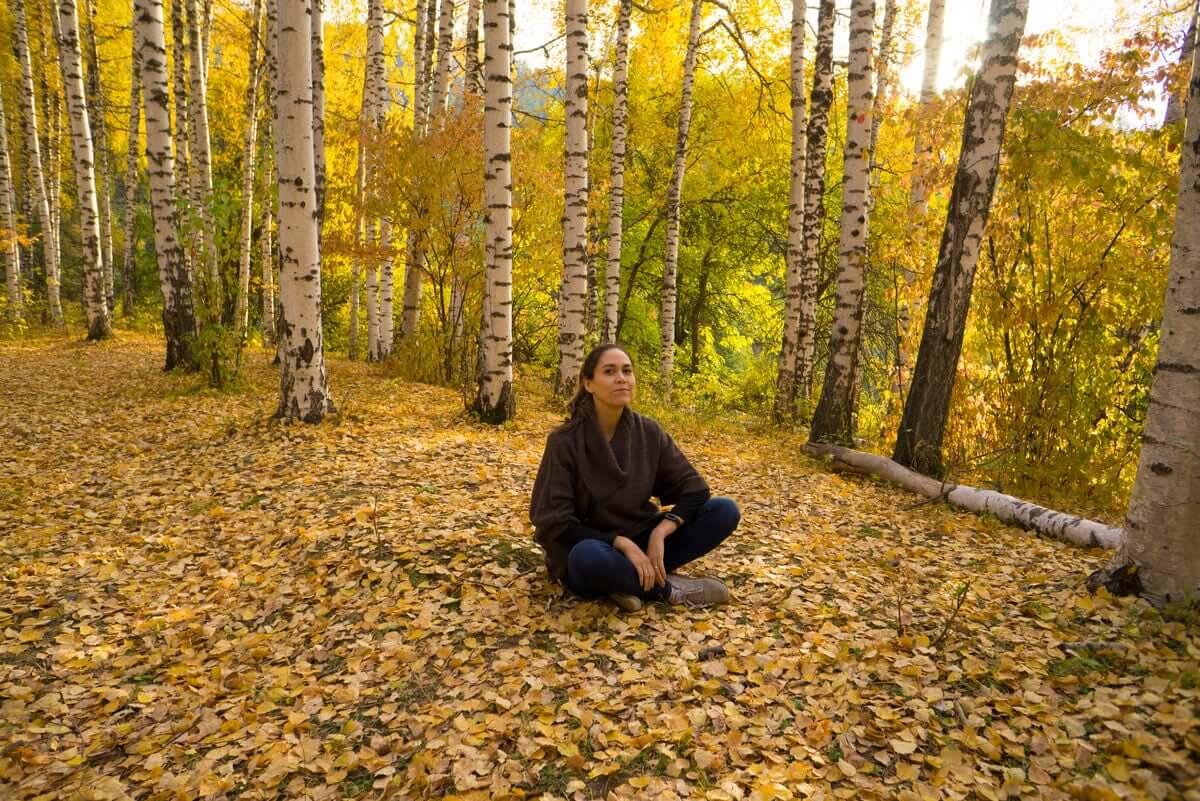 Siadanie na ziemi zbliża nas do natury.