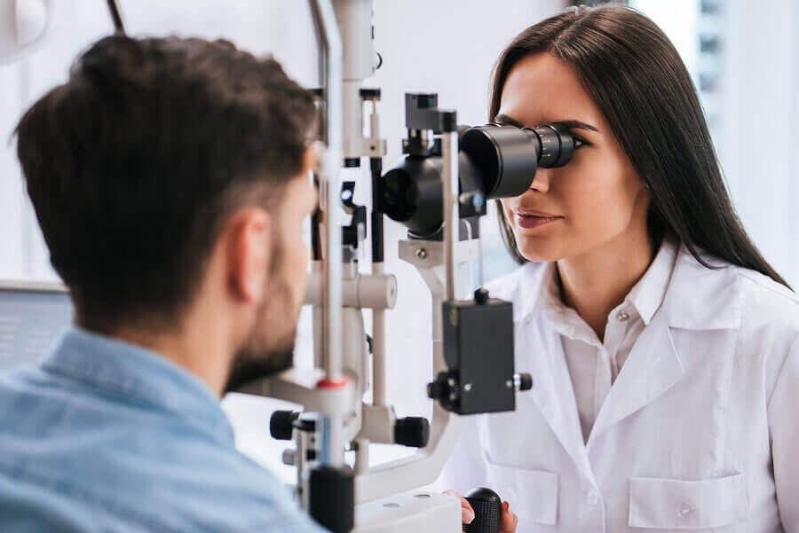 Mężczyzna podczas badania wzroku