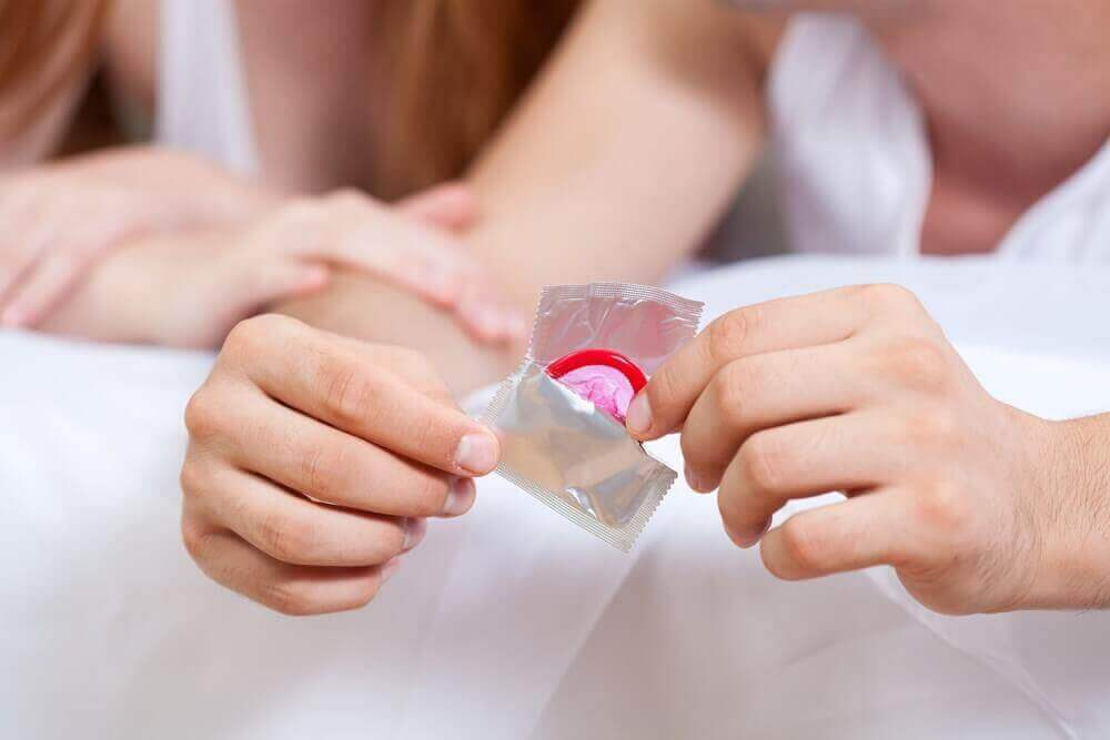 Mężczyzna wyjmujący prezerwatywę