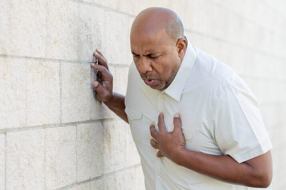 Mężczyzna z bólem w klatce piersiowej