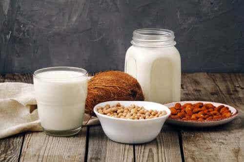 Mleko krowie a mleka roślinne: co jest lepsze?