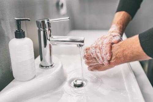 Mycie rąk w umywalce