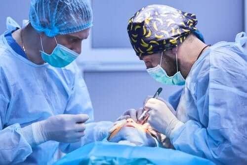 Operacja zaćmy: na czym polega?