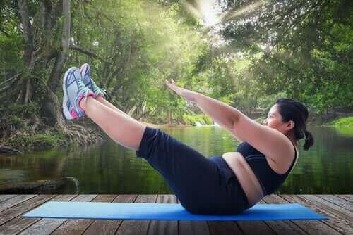 Otyła kobieta podczas ćwiczeń