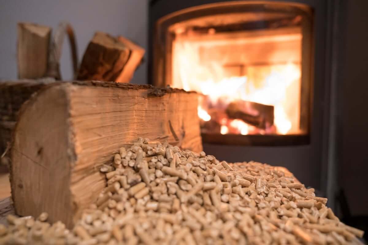 Ogrzewaniem pelletem, czyli typem biomasy, zyskuje na popularności.