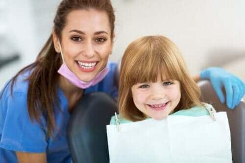 Replantacja zęba mlecznego: jak uratować wybity ząb?