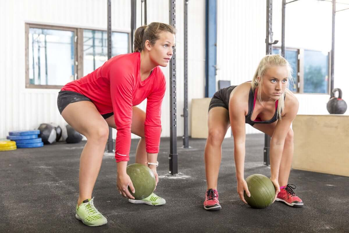 Slam ball wzmacnia nadgarstki i zapobiega kontuzjom.