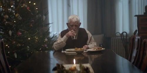 Starszy mężczyzna przy stole