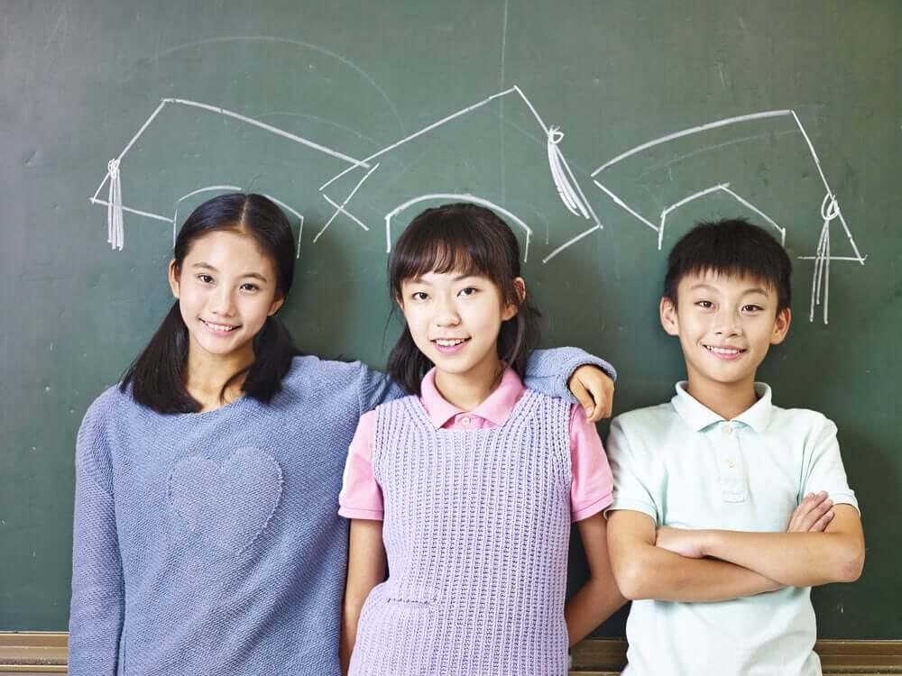 Dzieci przed tablicą
