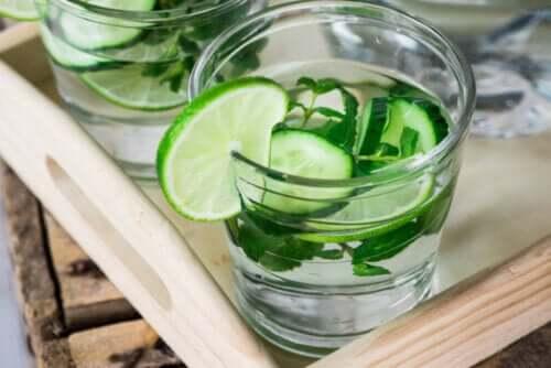 Woda detoksykująca: zalety i mity