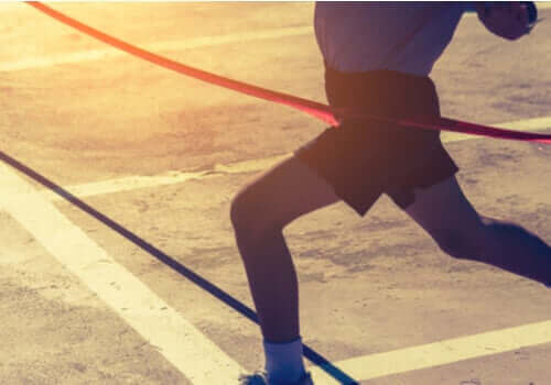 Biegacz przekraczający linię mety