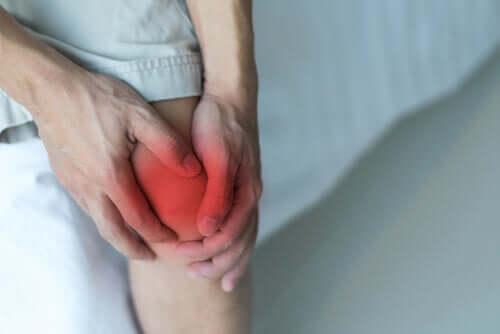 Przeprost kolana powiązany jest z dużym obciążeniem stawu wskutek ruchu lub uderzenia.