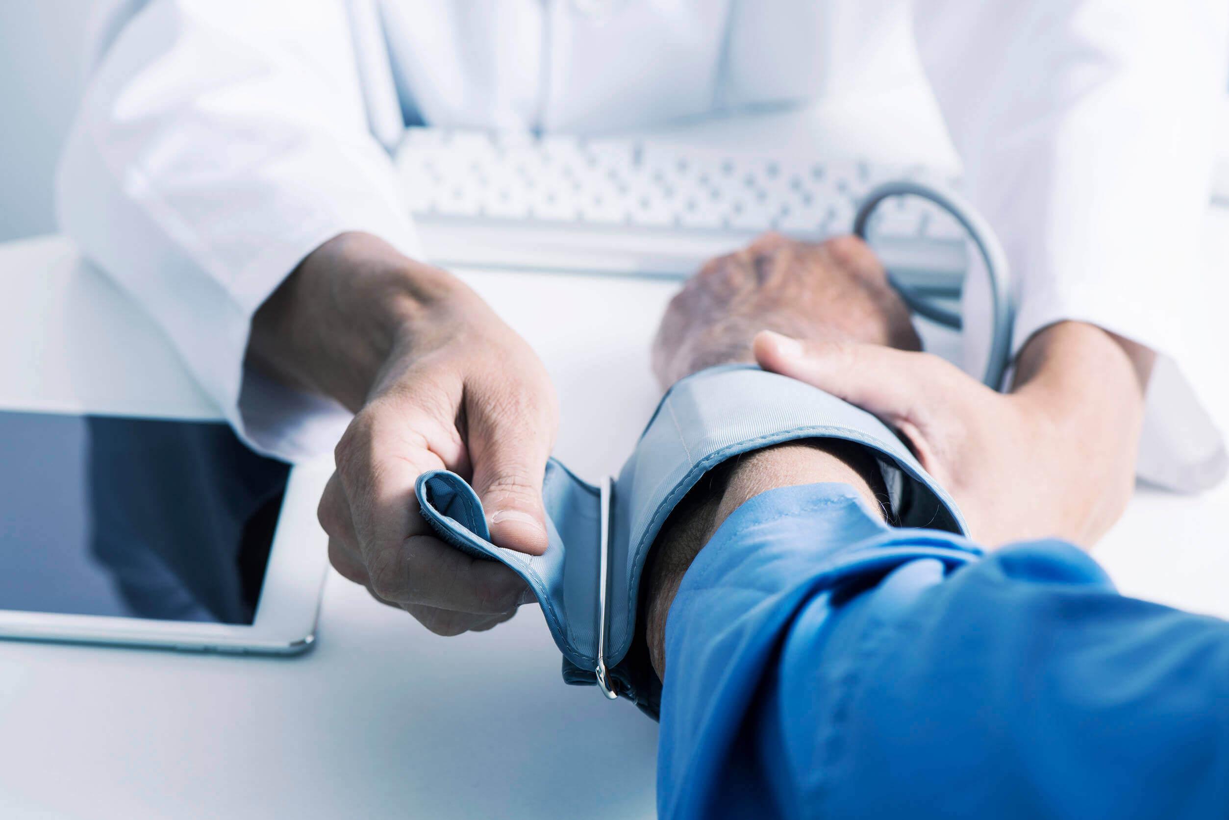 Nadciśnienie tętnicze może powodować białkomocz.