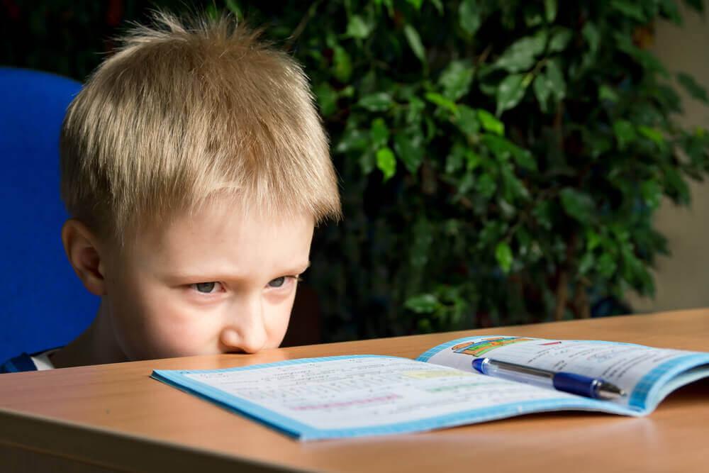 Zaburzenia koncentracji bywają powiązane z dysgrafią, gdyż wpływają na proces pisania i rozumienia błędów.