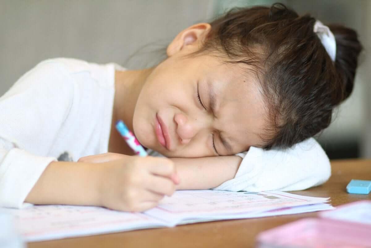 Dysgrafia może powodować kłopoty w szkole. Dzieci z tym problemem potrzebują wsparcia.
