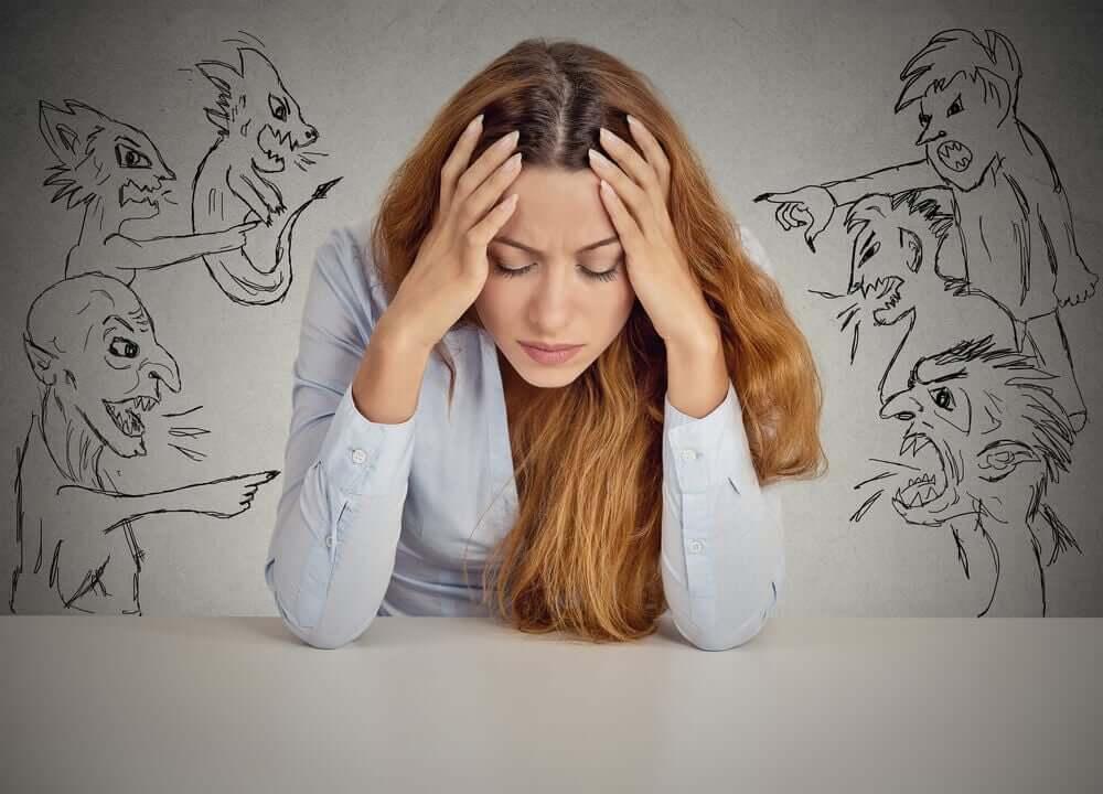 Negatywne, natrętne myśli zaburzają nasz obraz siebie.