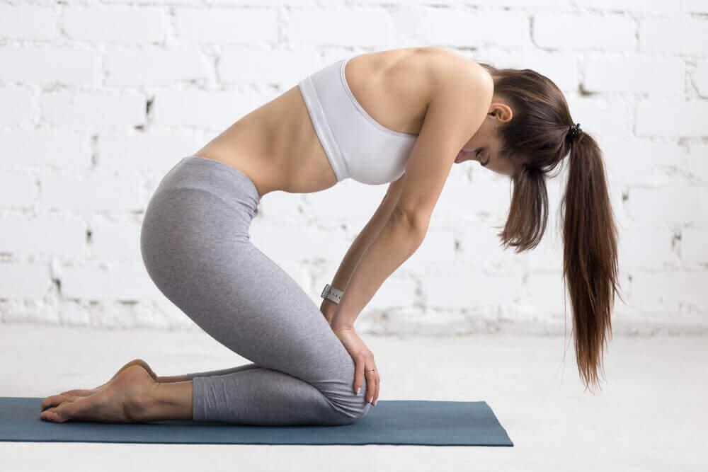 Kobieta ćwicząca brzuch