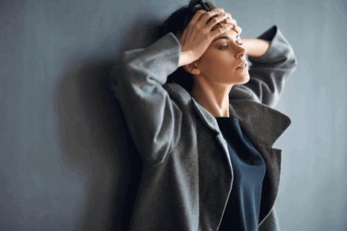 Kobieta odczuwająca niepokój