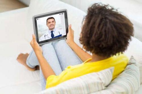 Kobieta podczas wizyty online - telemedycyna