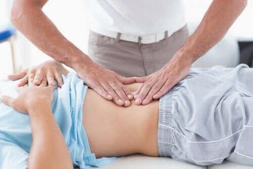 Na czym polega rozejście mięśnia prostego brzucha?