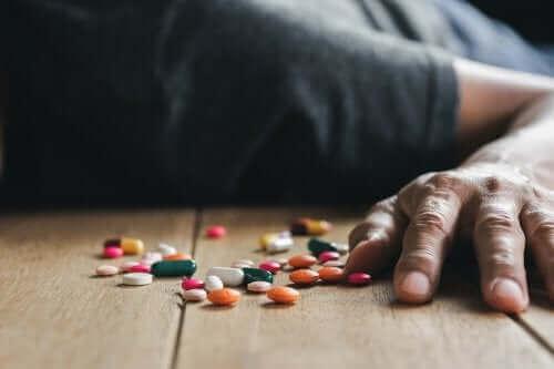 Mężczyzna leżący przy tabletkach