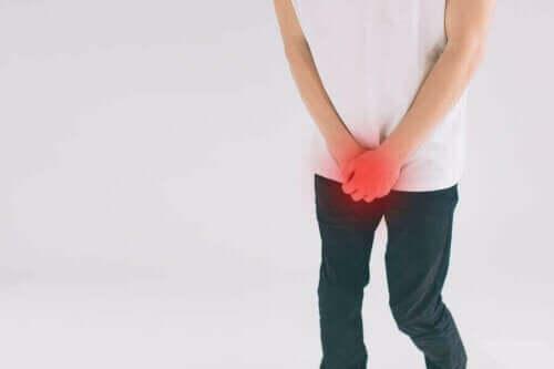 Mężczyzna z bólem genitaliów